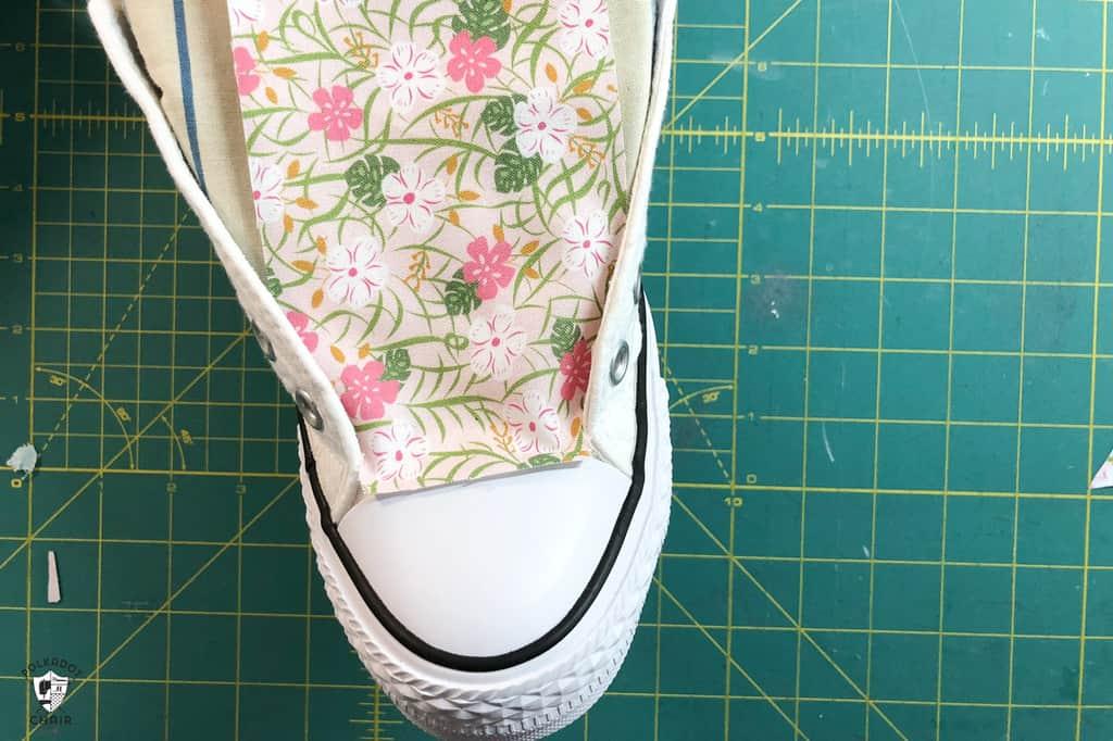 کفشهای کتانی ساده خود را با پارچههای رنگی و طرحدار و تزئین کنید