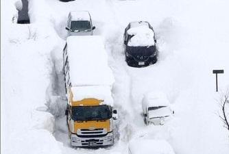 بارش برف سنگین در ژاپن صدها خودرو را گرفتار کرد