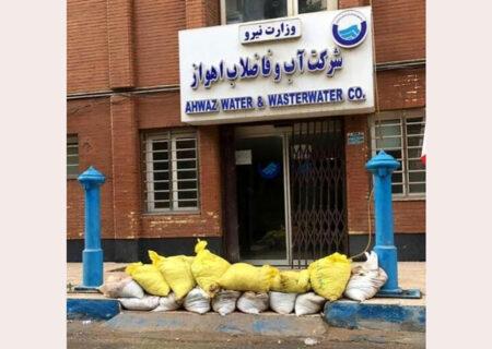 عکس عجیب از سنگر جلوی در ادارات خوزستان / ترس ورود از فاضلاب