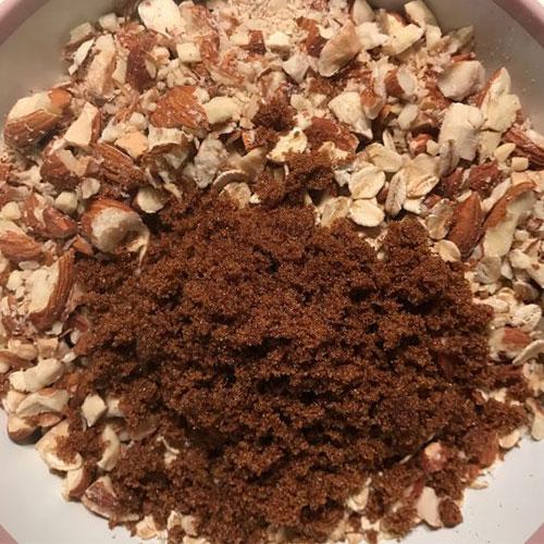 گرانولا بادام و کشمش؛ شیرینی عید را خودتان درست کنید!