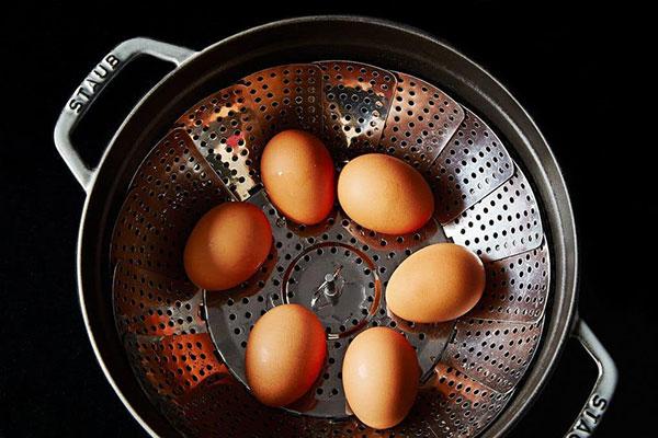 طرز تهیه ترشی تخم مرغ های رنگی با رنگهای طبیعی