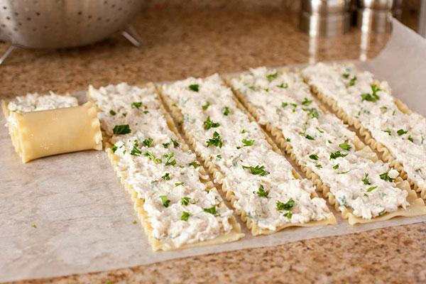زدن پنیر خامه ای به ورقه های لازانیا