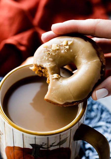 دونات کدو حلوایی با آیسینگ شکر قهوهای