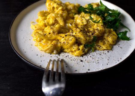 اسکرامبل تخم مرغ در مایکروفر؛ صبحانه ای سریع و آسان!
