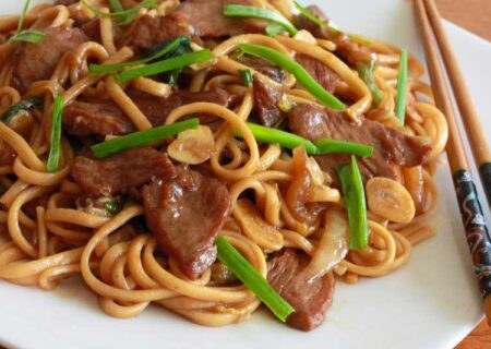 خوراک نودل با گوشت و سبزیجات؛ خوشمزه و ساده!/آموزش آشپزی