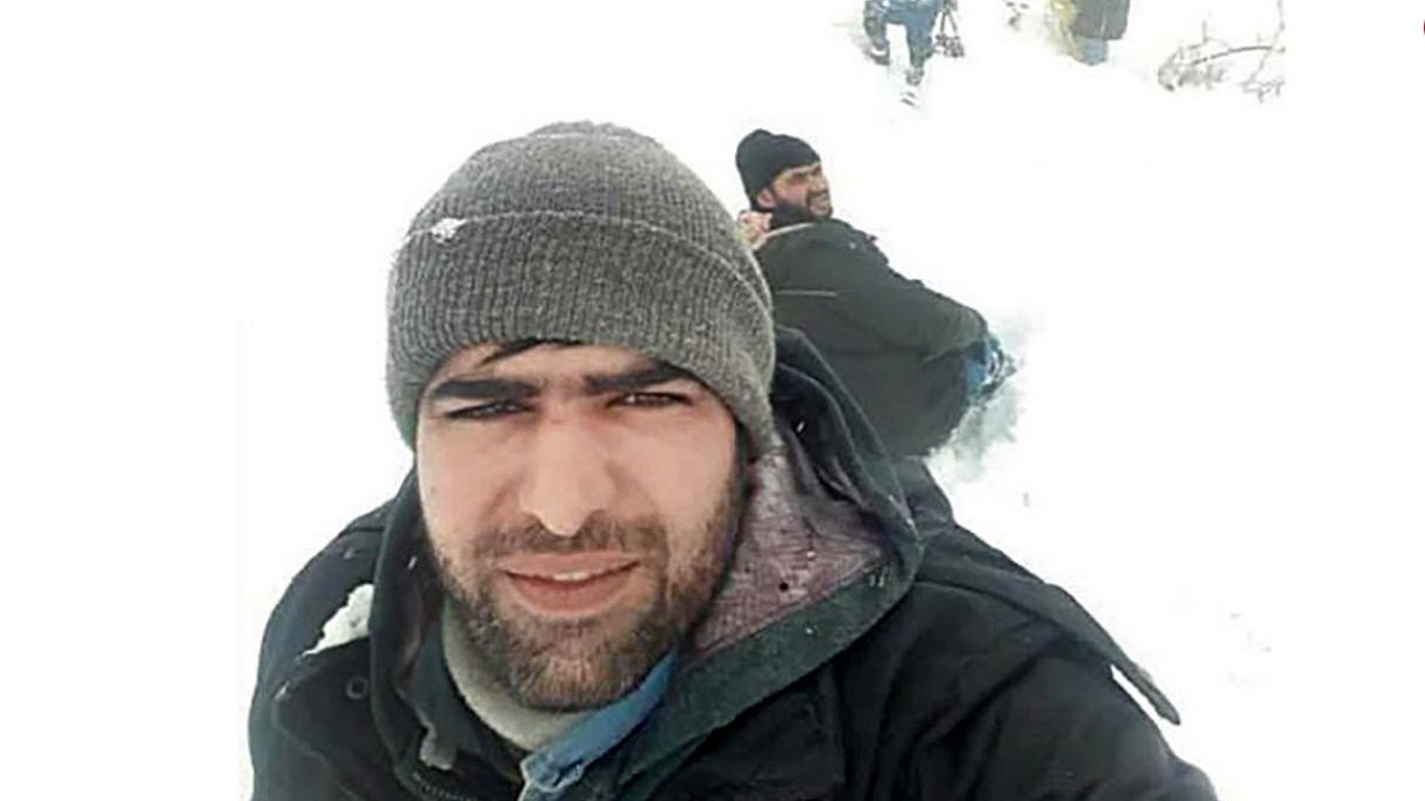 نجات یافتن کارمند اداره برق از زیر ۲ متر و نیم برف