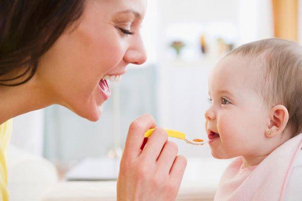 عوارض زود غذا دادن به کودک و خطرات آن