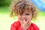 چگونه مانع ناخن جویدن فرزندم شوم؟
