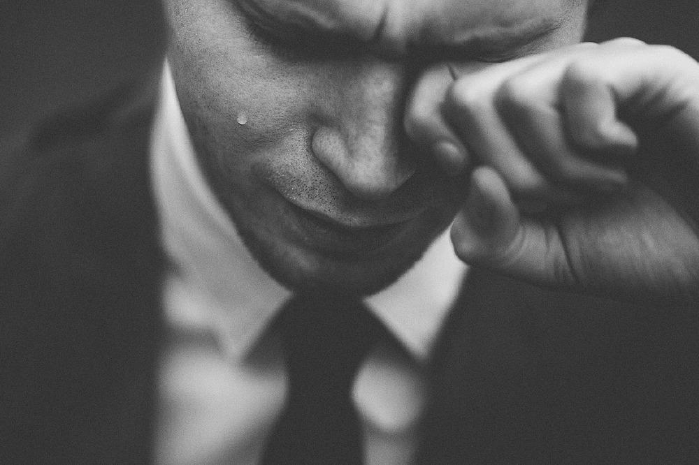 چرا مردان تمایل به مخفی کردن احساسات خود دارند؟