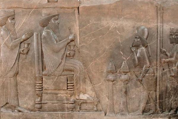 داریوش بزرگ با رب النوع بابل به دست در معبد بابل