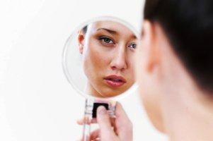 چرا کسانی که زیاد خودشان را در آیینه میبینند، اعتماد به نفس پایینی دارند؟