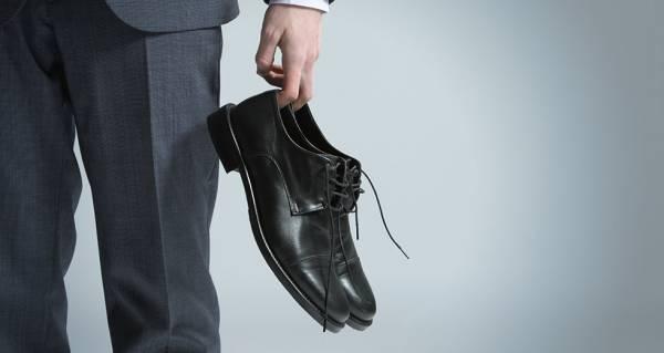 چگونه لکه های روغن را از روی کفش پاک کنیم؟