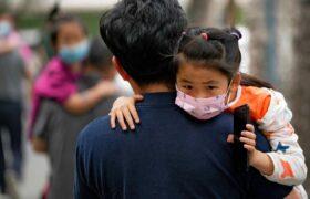 کار عجیب والدین چینی با فرزندانشان؛ تزریق خون مرغ به کودکان!