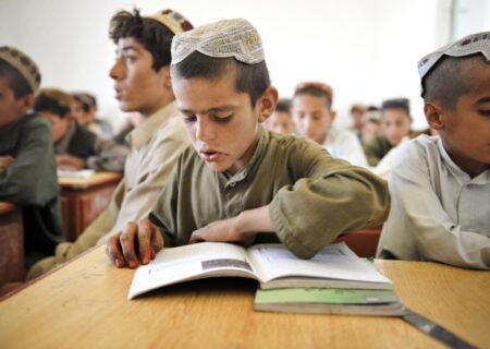 طالبان فقط از پسران و معلمان مرد خواست به مدرسه بازگردند/کارزار اعتراضی دانشآموزان پسر+عکس