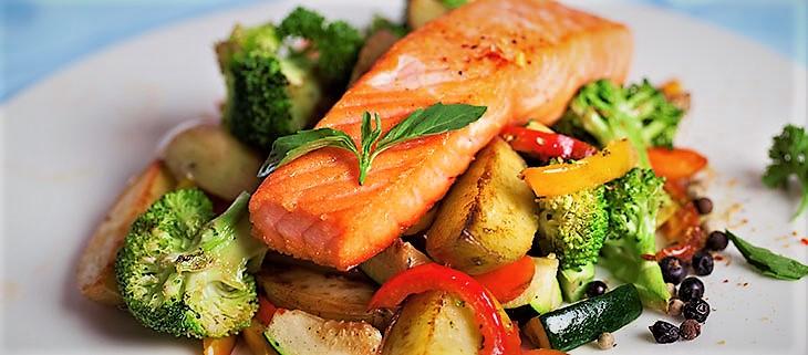 سالمون کباب شده همراه با سبزیجات