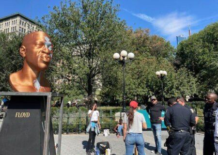 پاشیدن رنگ بر روی مجسمه جورج فلوید توسط نژادپرستان/عکس