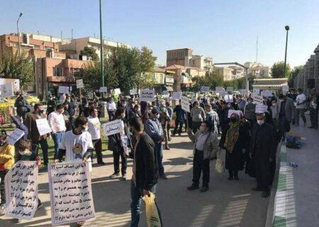 اعتراض مردان خواستار کاهش میزان مهریه مقابل مجلس